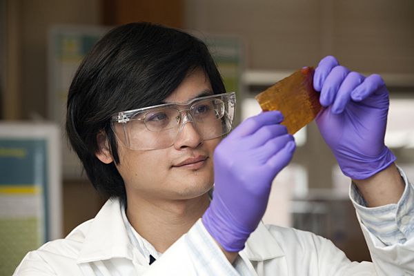 Liang Wang is conducting research to improve the quality of fuel cell technology. - LiangWang_FuelCell_045